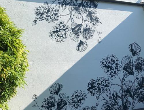 Réalisation d'un papier peint extérieur sur-mesure sur un mur de séparation à Nantes