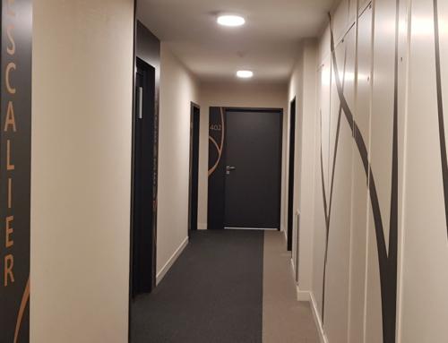 Une signalétique soignée pour habiller les portes et les murs des immeubles d'habitation