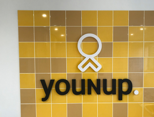 Logo en relief sur faïence pour Younup à Nantes